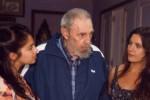 Fidel Castro con Karol Cariola (izquierda) y Camila Vallejo.