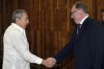 Raúl Castro saluda a Serguei Stepashin. (foto: Granma)