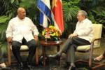 Raúl Castro y Desiré Delano Bouterse durante el intercambio sostenido en La Habana. (foto: Granma)