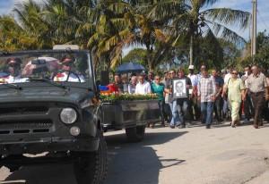 Familiares, amigos, combatientes, jóvenes y niños rindieron homenaje a Galañena. (Foto: OAS)