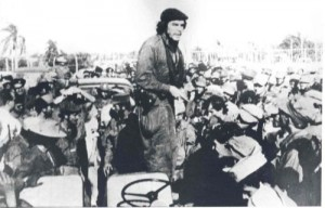 El Che se dirige al pueblo fomentense en el parque de la localidad en la tarde del 18 de diciembre de 1958.