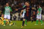 Messi celebra su primer gol ante el Betis.