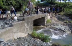 La reparación de la alcantarilla de Yeyo se convirtió en un verdadero suceso para la comunidad de Tres Guanos. (Foto: Juan Ramón Alonso Benítez)
