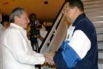 Raúl recibió a Chávez a su llegada a La Habana.