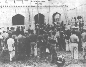 Soldados rebeldes y guardias junto al cuartel de Fomento acabado de rendir.