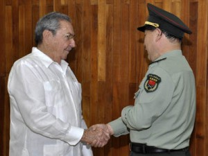 Raúl Castro y Qi Jianguo.