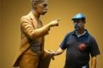 Félix Madrigal mientras daba los toques finales a la escultura del Héroe Nacional.