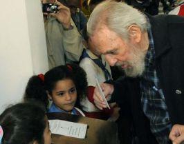 El Comandante en Jefe Fidel Castro Ruz, ejerce su derecho al voto.