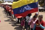 El pueblo se mantiene firme para rendir tributo al presidente Chávez.
