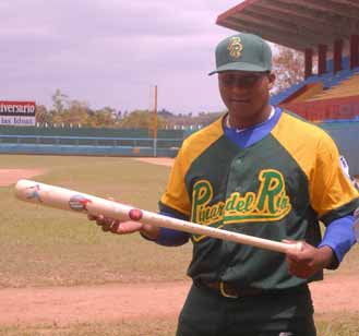 Pelotero cubano Alfredo Despaigne recibe obsequio de de uno de Los Cinco.