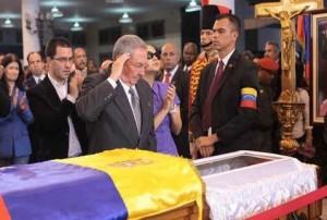 El General de Ejército Raúl Castro Ruz, presidente de los Consejos de Estado y de Ministros de la República de Cuba despidió con un respetuoso saludo al líder venezolano.