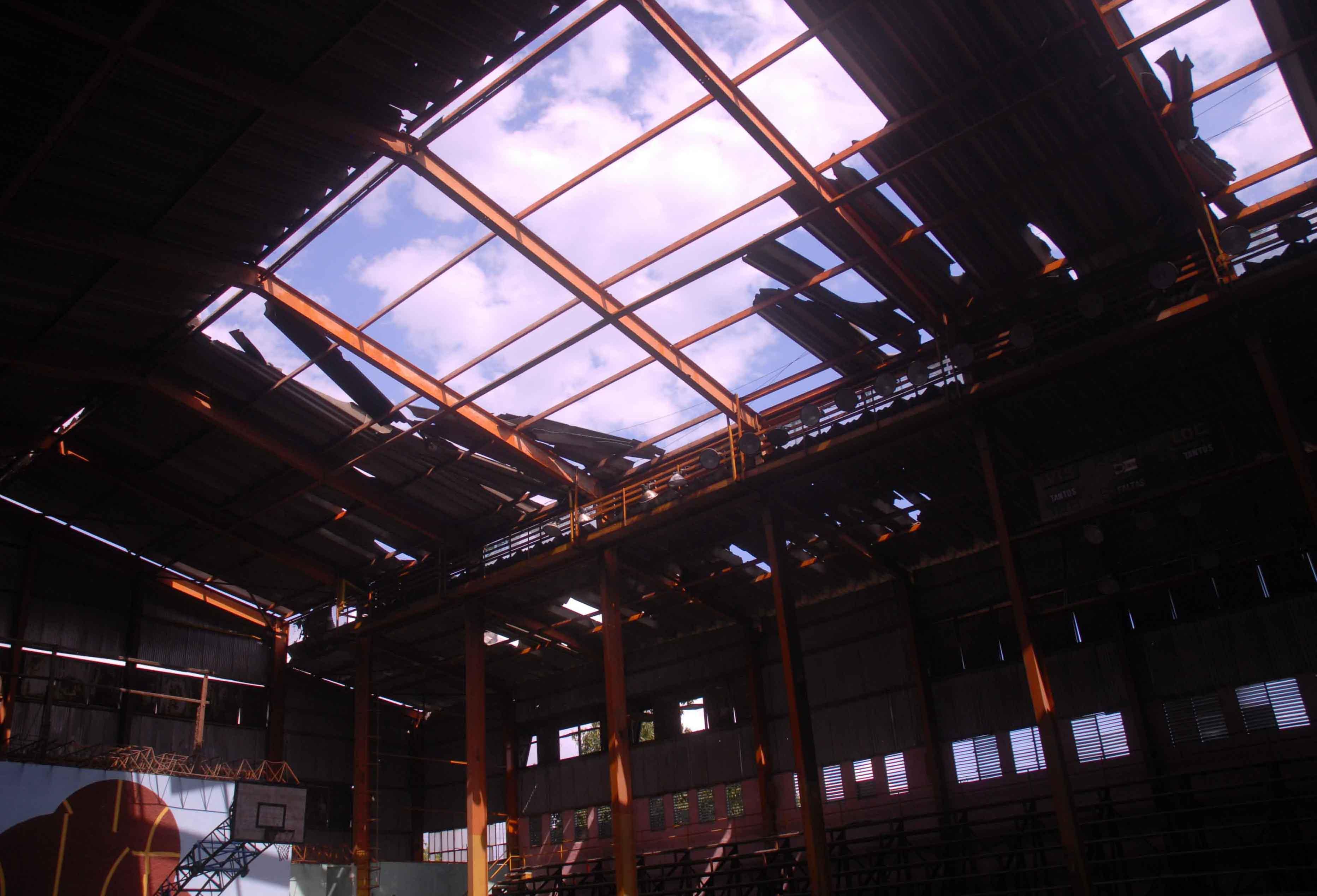 La sala deportiva Yara figura entre los sitios más golpeados por la tormenta. Foto Oscar Alfonso.