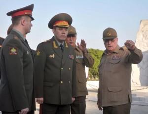 El general de Ejército, Valeri V. Guerasimov, primer Sustituto del Ministro de Defensa y Jefe del Estado Mayor General de las Fuerzas Armadas de Rusia y Álvaro López Miera, viceministro Primero y Jefe del EMG de las FAR.