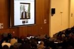 Estudiantes universitarios participan en una teleconferencia con el fundador de WikiLeaks, Julian Assange (pantalla) en el Aula Magna de la Facultad de Psicología, en Montevideo (Uruguay). (foto: EFE)