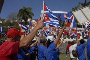 Las banderas cubanas fueron recurrentes para brindar gran colorido al desfile.