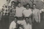 """Durante el entrenamiento previo al Moncada. Junto a Fidel, aparecen en la foto Abel Santamaría, Antonio """"Ñico"""" López (al lado de Abel), José Luis Tasende (extremo derecho), Ernesto Tizol (delante, a la derecha) y otros amigos de los jóvenes de la Generación del Centenario."""