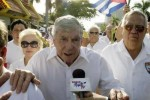 Posada Carriles vive en Miami sin impedimentos legales, a pesar de ser reclamada su extradición por Cuba y Venezuela por la voladura de un avión comercial cubano en 1976, atentado en el que perecieron 73 personas.