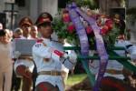La urna con los restos fue trasladada por un integrante de la Unidad Especial de Ceremonias de las FAR, al igual que las ofrendas florales enviadas por Fidel y Raúl. (foto: Barreras Ferrán).