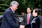 Nguyen Thi Doan (D), vicepresidente de Viet Nam, recibe a Miguel Díaz-Canel Bermúdez (I), primer vicepresidente de los Consejos de Estado y de Ministros de Cuba.
