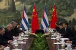 Xi Jinping (3º dcha), durante el intercambio con el primer vicepresidente cubano, Miguel Díaz-Canel (4º izq), en el Gran Palacio del Pueblo en Pekín (China).