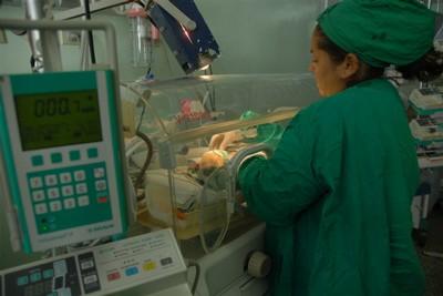 En la sala de neonatología los recién nacidos reciben una atención especializada.