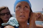 La nadadora estadounidense Diana Nyad comienza a nadar en La Habana rumbo a la los cayos de la Florida sin jaula de protección contra los tiburones.