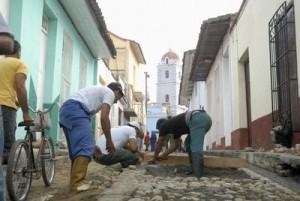 La restitución del empedrado de algunas calles es una de las labores acometidas en el Centro Histórico de Sancti Spíritus.