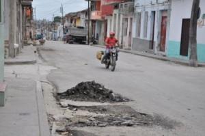 En calles recién asfaltadas ya se aprecian cicatrices.