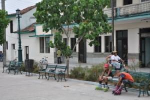 Una decena de bancos han debido reponerse en el Parque Maceo después de su reparación capital.