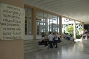 El alumnado en especialidades médicas llena nuevamente los pasillos de su universidad tras los meses estivales. (Foto: Vicente Brito)