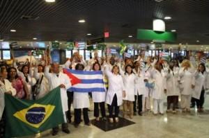 Médicos Cubanos llegan al aeropuerto de Recife, Brasil, sábado 24 de agosto de 2013.