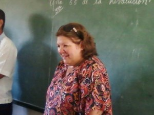 La hija del Che cuenta a los niños en el lugar donde radicó la Comandancia del Frente de Las Villas en Manaca Ranzola, Fomento, Cuba.