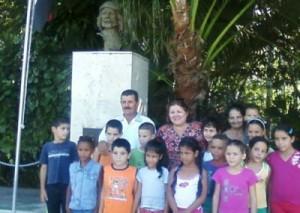 Aleida Guevara junto a los alumnos y maestros de la escuela rural de Manaca Ranzola.