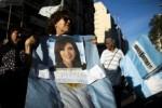 Nuevos carteles y pancartas demuestran el afecto hacia Cristina Fernández.