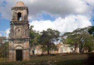 La torre campanario lleva la marca del neoclasicismo.