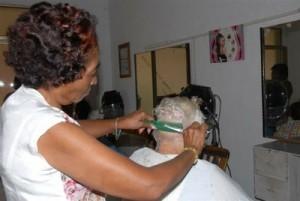 El arrendamiento se inició por las barberías y las peluquerías.