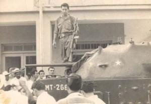 Jatibonico: los tanques llegados como refuerzo a la guarnición, ya están en manos del pueblo. En la foto el Chino Soler.