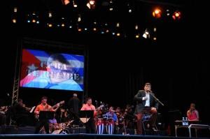 Ovacionado entre un tema y otro, Torres regaló al auditorio una treintena de sus piezas más conocidas.