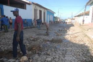 Trabajadores de diversos sectores apoyan en el empedrado de más de una treintena de calles de la zona patrimonial.
