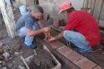 Las viviendas y aceras reciben acciones de restauración.