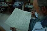Fidel analiza copia del mapa que utilizó el Gran Mariscal Sucre en la Batalla de Ayacucho.