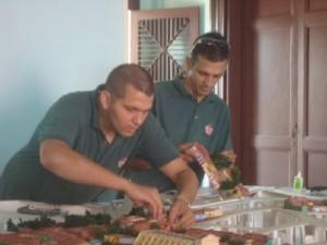 Los hermanos Yosniel y Yosnardy Bouza completan el equipo de maquetistas.