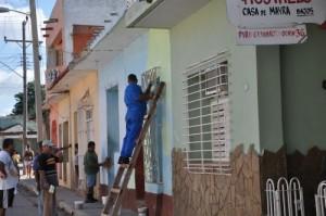 Diferentes empresas y organismos apoyan en las labores de resane y pintura de fachadas.