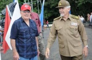 Victor Bordón, junto a Ramiro Valdés en el acto por el aniversario 55 de la creación del Frente Guerrillero de Las Villas en El Pedrero. (foto: Vicente Brito)