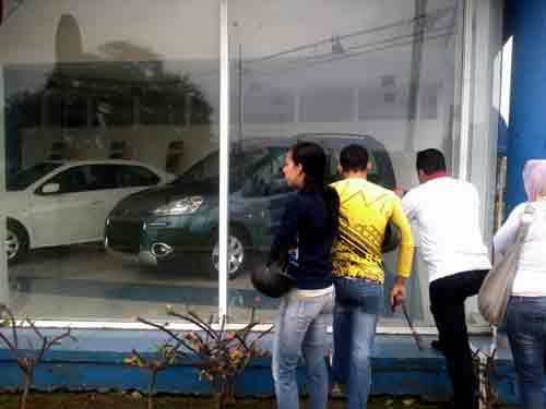 Curiosos llegan hasta la agencia Peugeot en la capital del país/ Foto: Luis E. López