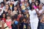 """Las Damas de Blanco y otros grupos """"disidentes"""" iban a distribuir, ante las cámaras de la prensa internacional, 700 juguetes a menores de familias previamente seleccionadas."""
