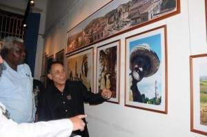 A la inauguración de la muestra asistió Esteban Lazo, presidente del Parlamento cubano.