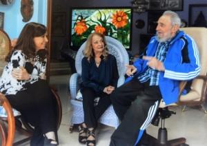 En la imagen, la mandataria Cristina Fernández conversa en La Habana con el líder de la Revolución cubana Fidel Castro. En el centro, Dalia Soto, la esposa de Fidel. Foto divulgada por @CFKArgentina.