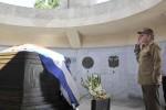 Raúl depositó una rosa blanca como tributo a quien tanto significa para la historia cubana.