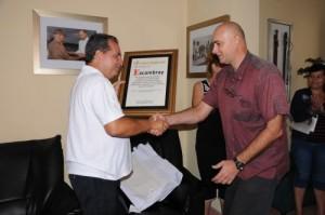 El pergamino fue entregado al órgano de prensa por José Ramón Monteagudo Ruiz, miembro del Comité Central y primer secretario del Partido en el territorio.